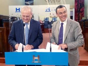 """El presidente de la Diputación de Huelva, Ignacio Caraballo, y el presidente de la asociación """"Resurgir"""", Manuel García Villalba"""