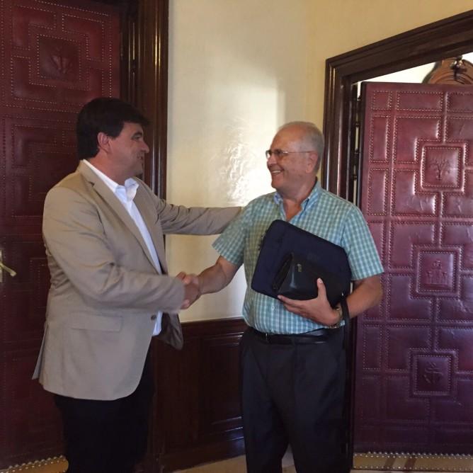 El alcalde de Huelva recibe al Economato Solidario Resurgir