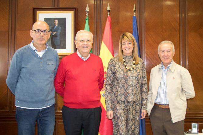 presidenta de la Autoridad Portuaria de Huelva Pilar Miranda con el economato solidario resurgir